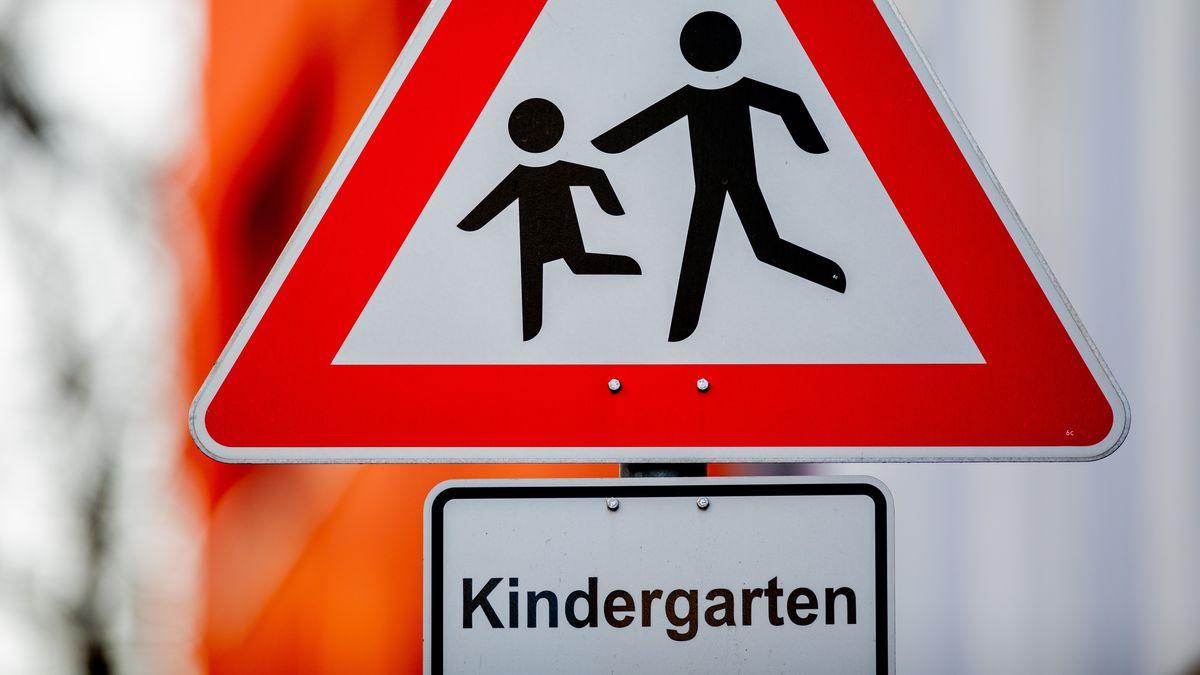 Symbolbild: Schild eines Kindergartens