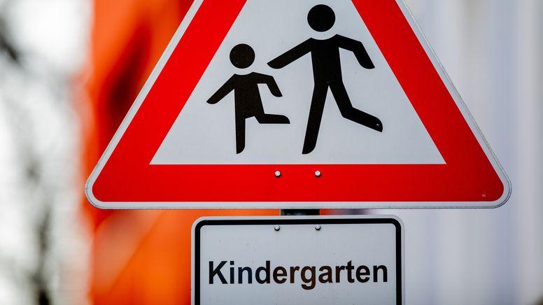Symbolbild: Schild eines Kindergartens | Bild:picture alliance/dpa | Rolf Vennenbernd