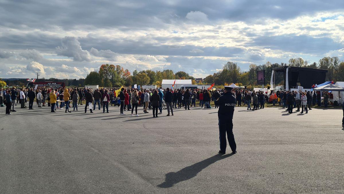 Demonstranten auf dem Neuen Volksfestplatz in Weiden