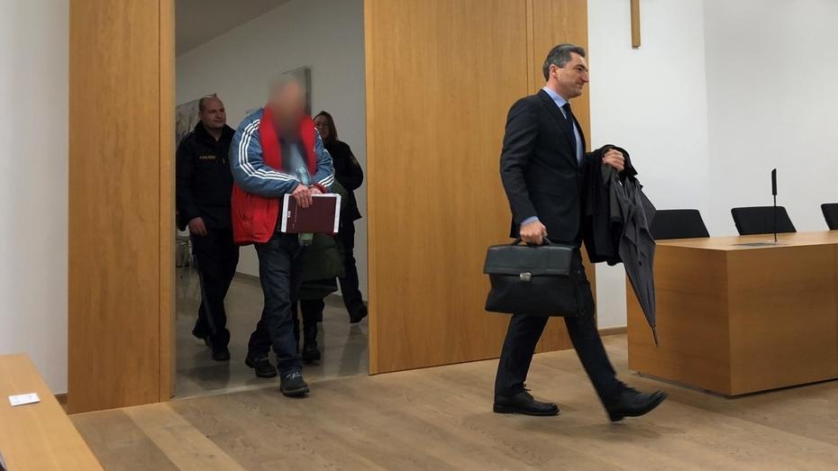Der Angeklagte und sein Anwalt betreten das Gericht in Deggendorf