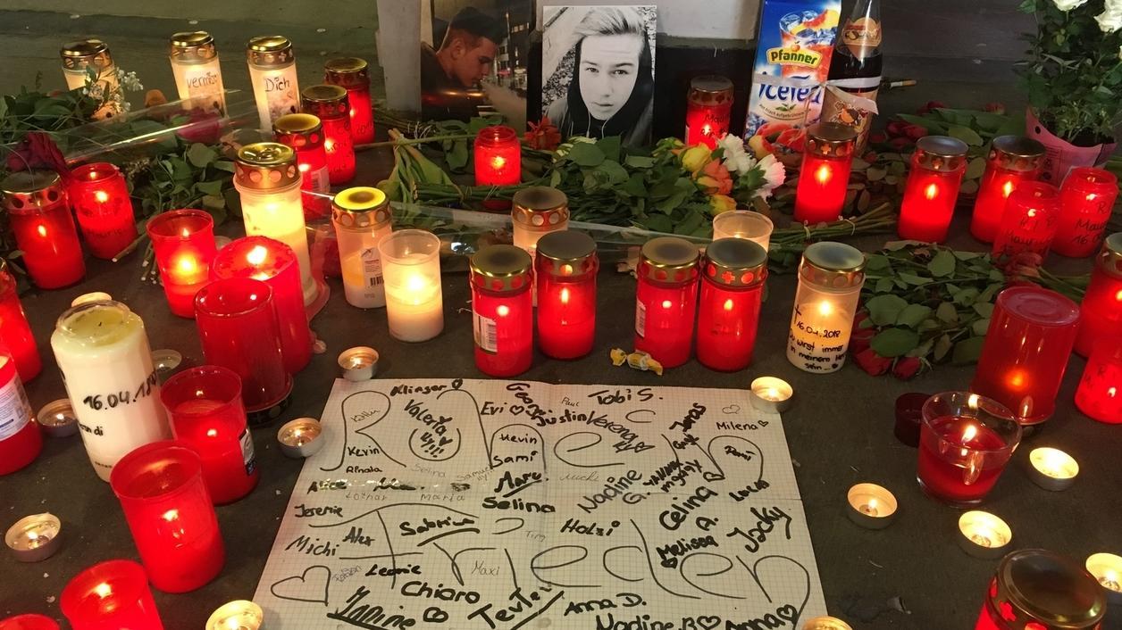 Kerzen brennen in einer Unterführung in Passau: Hier starb Maurice K. nach einer Schlägerei.