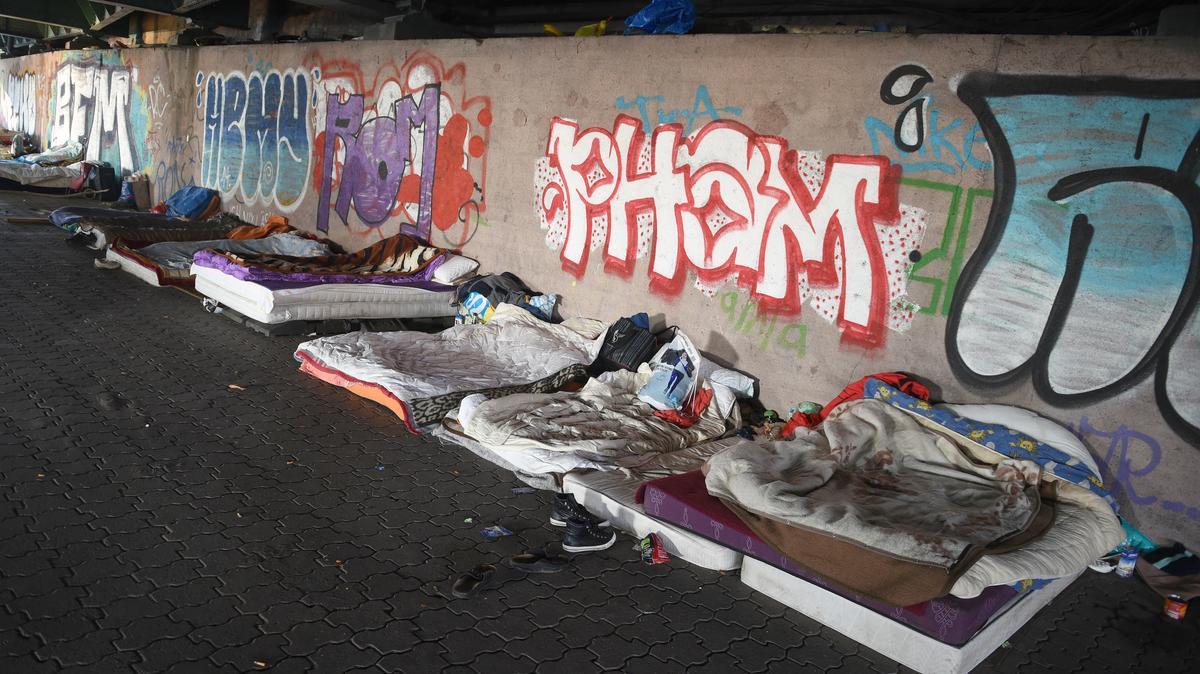 Symbolbild: Matratzenlager von Wohnungslosen unter einer Brücke
