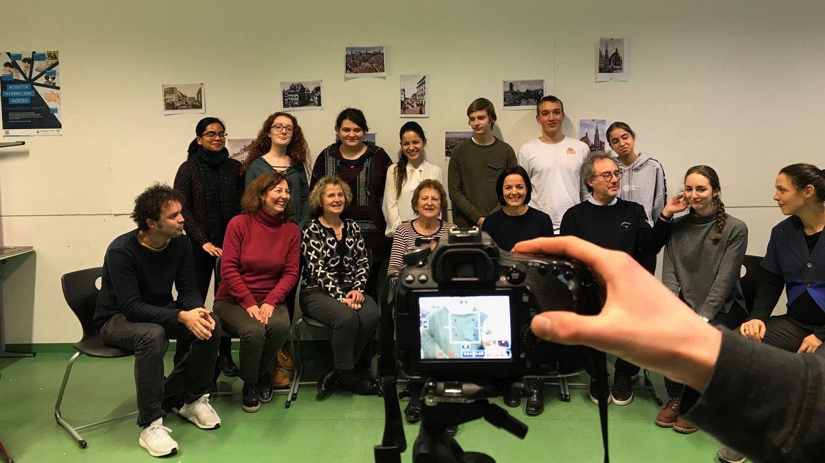Schülerinnen und Schüler des Dürer-Gymnasiums mit Nachkommen der Familie Jesuran