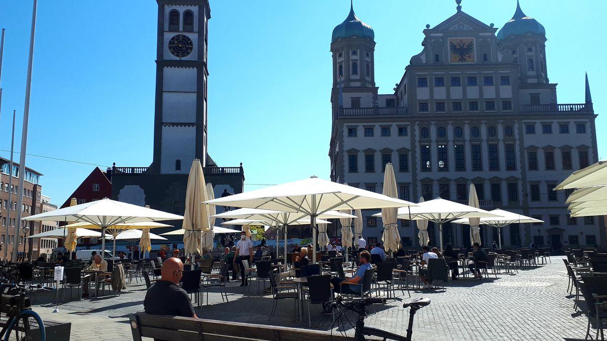 Straßencafé auf dem Augsburg Rathausplatz