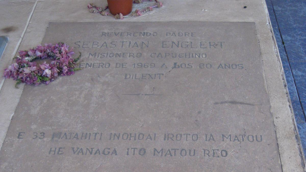 Die Grabplatte des katholischen Paters.