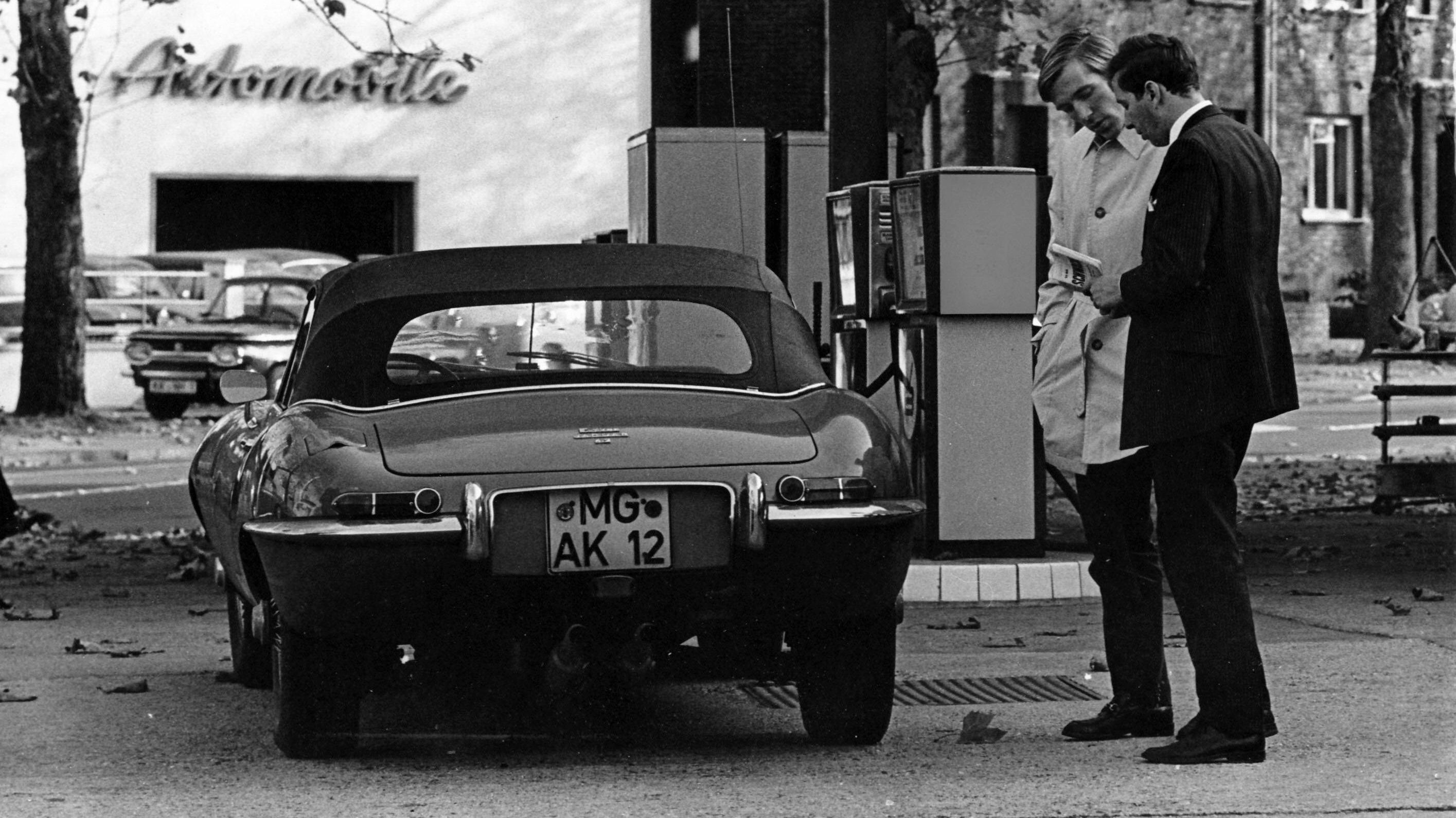 Günter Netzer neben seinem Jaguar E