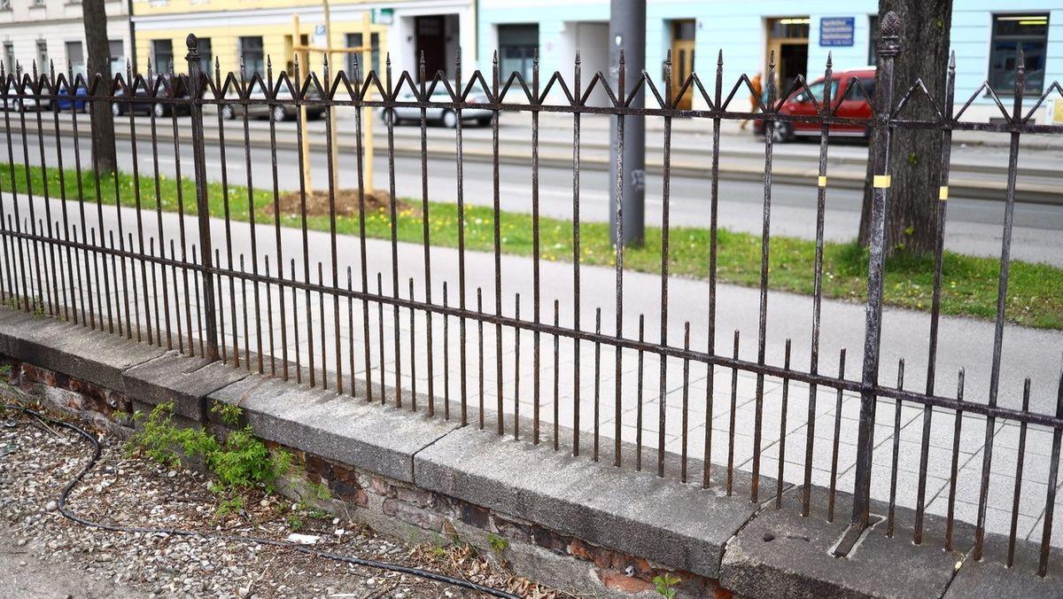 Der historische Zaun am Münchner Ostbahnhof in der Orleansstraße.