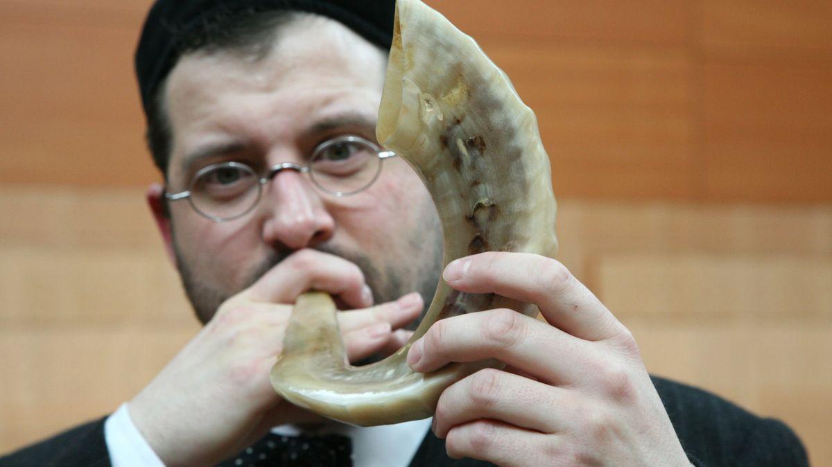 """Innenraum der Ohel-Jakob Synagoge: Kultusbeamter Eric Lehmann bläst 2007 das Schofar (Widderhorn) zum jüdischen Neujahrsfest Rosch Ha Schana (""""Kopf des Jahres"""")."""