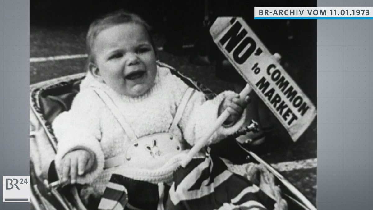 """Kleinkind im Kinderwagen, das ein Schild mit der Aufschrift """"No"""" to Common Market in der rechten Hand hält"""