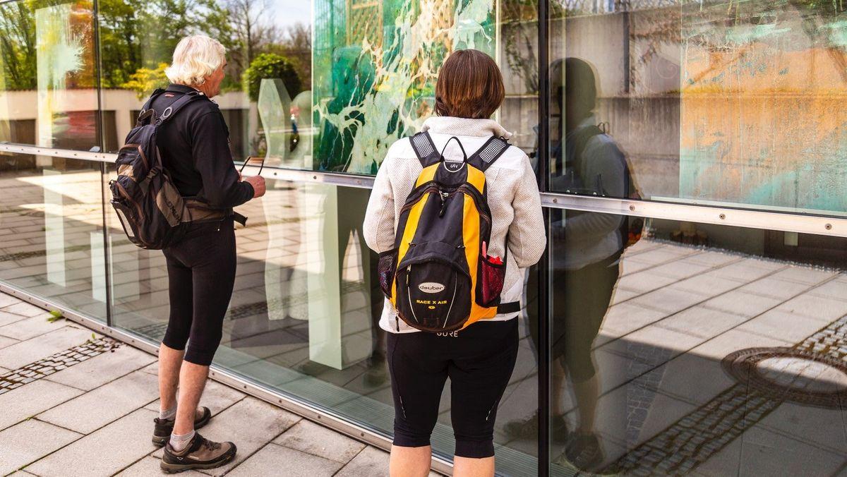 """Am Wochenende waren zahlreiche Kulturfreundinnen und -freunde mit Fahrrädern in Trostberg, um sich die Kunstmeile zu """"erradeln""""."""