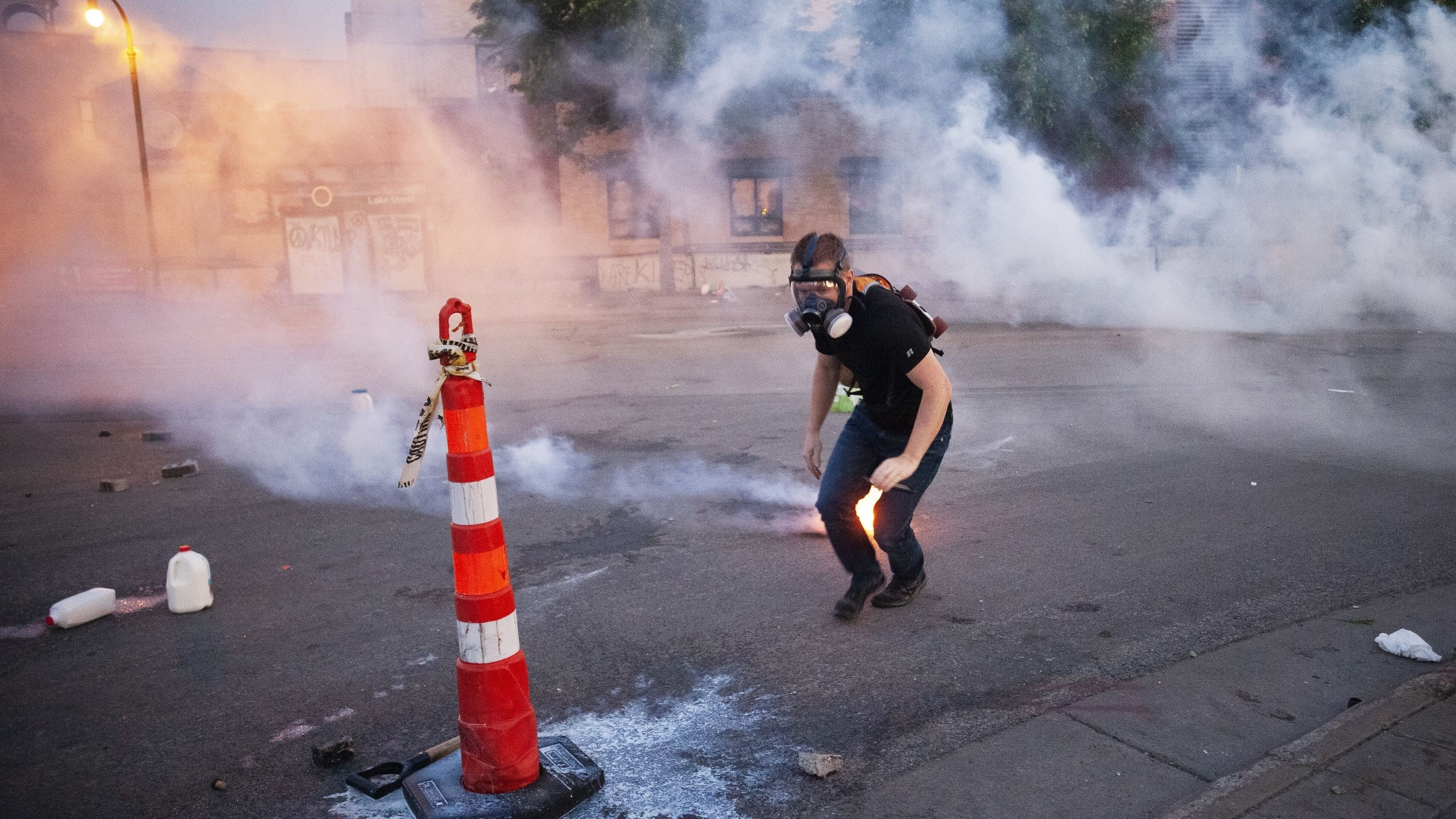 Ein Demonstrant mit Gasmaske flüchtet vor Tränengas bei Protesten in Minnesota