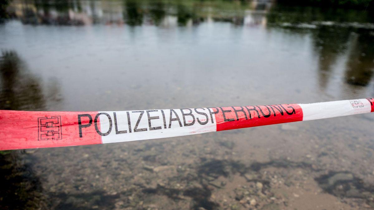 Symbolbild Polizeiabsperrung an einem Fluss-Ufer