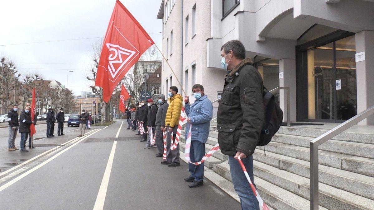 Mit einer Menschenkette demonstrierten die Mitarbeitenden des Getriebeherstellers Renk am Freitag in Augsburg.