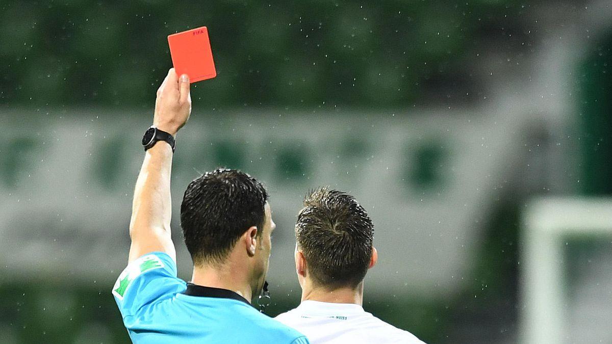 Schiedsrichter zeigt Spieler Rote Karte