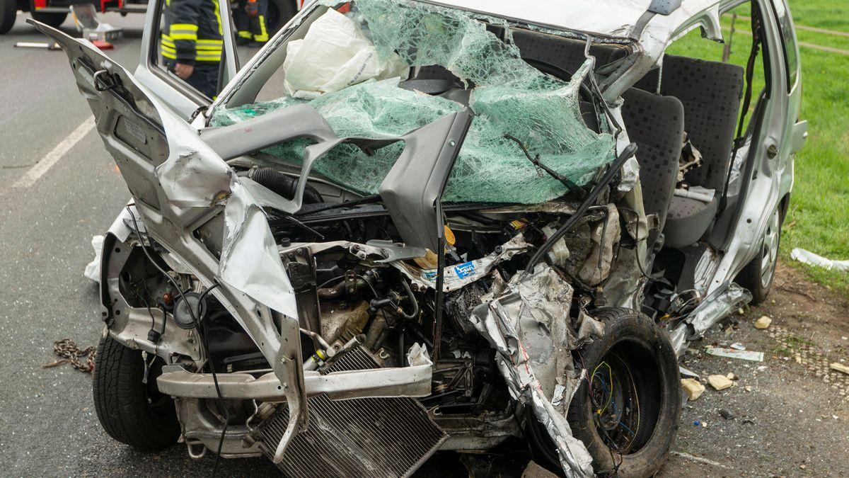 Symbolbild: Völlig zerstörtes Auto