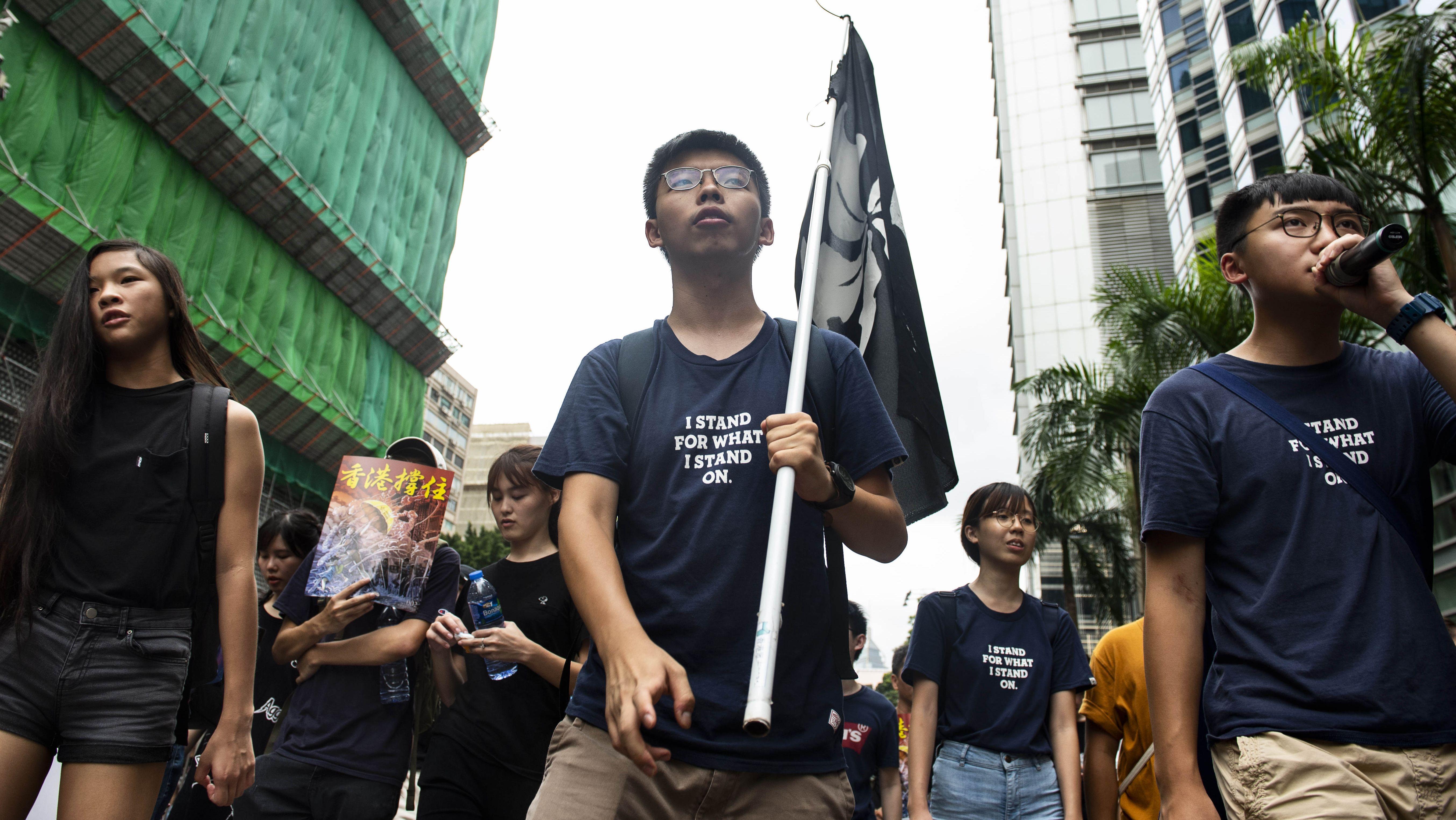 Joshua Wong (Mitte) bei einer Demonstration