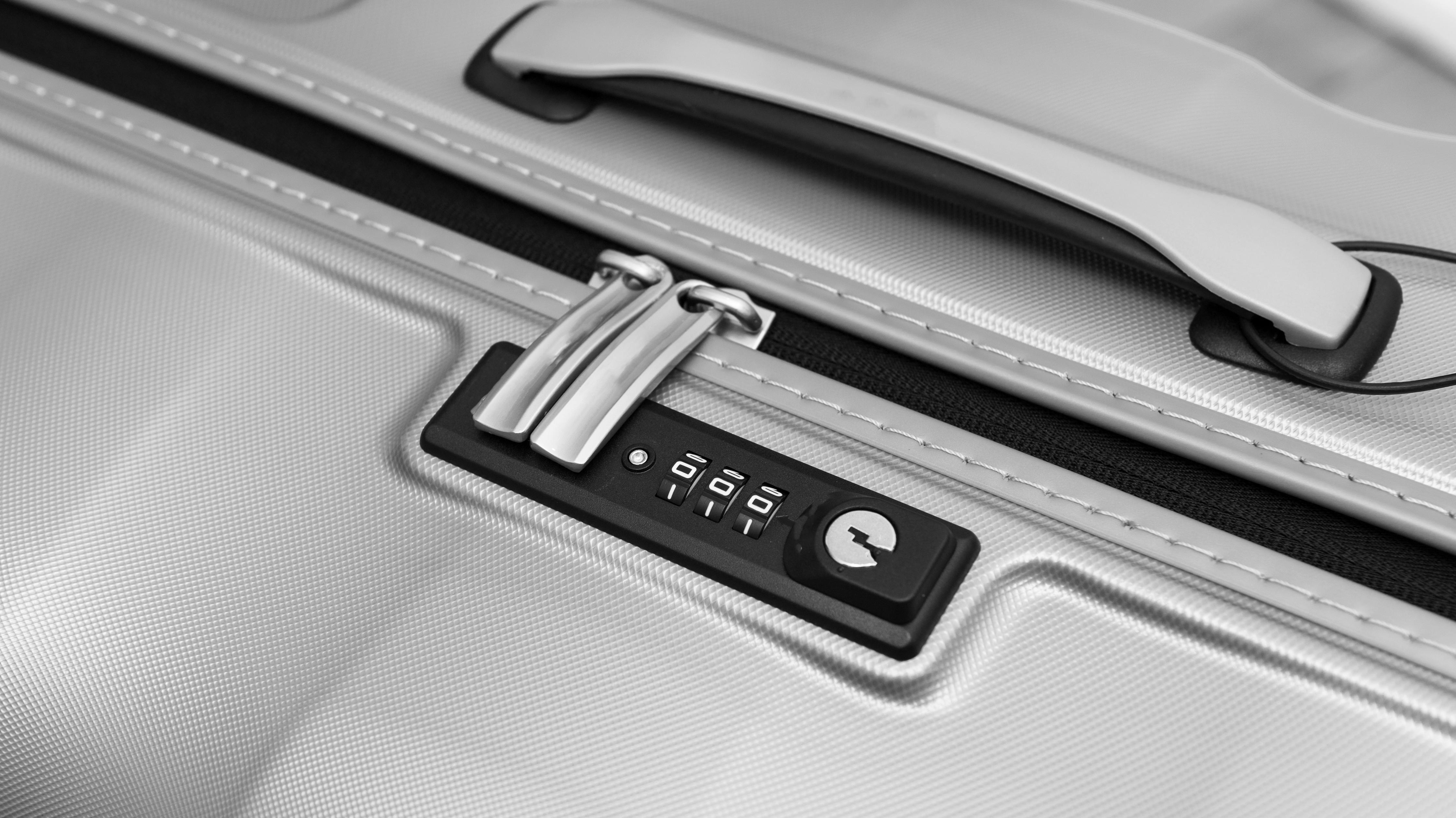 Ein silberner Hartschalenkoffer mit Zahlenschloss