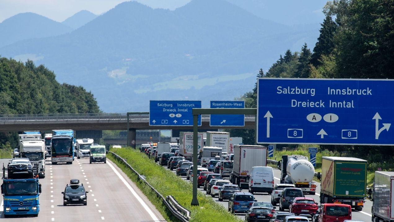 Verkehr auf der A8 bei Rosenheim