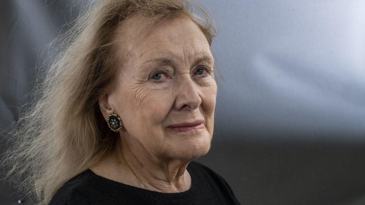 Frau mit langen, leicht wehenden Haaren blickt in die Kamera: Annie Eraux auf dem International Book Festival. Edinburgh 2019