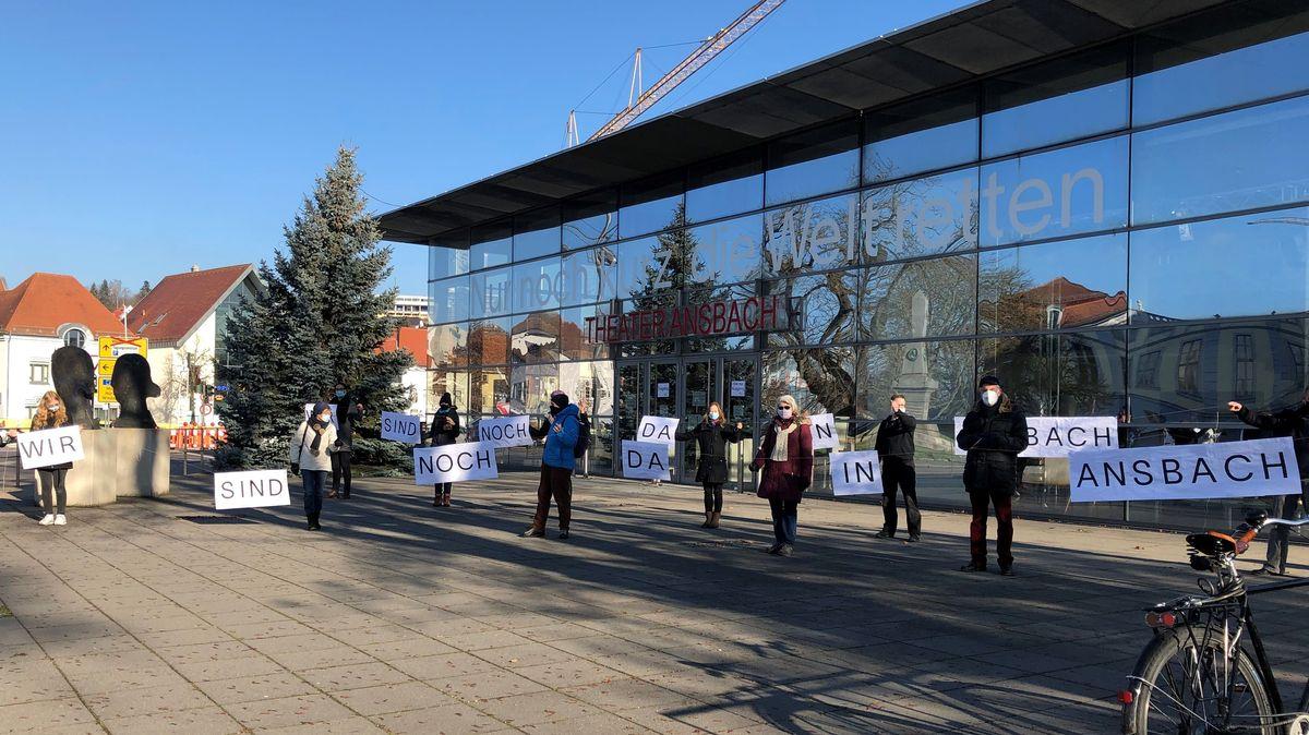 Menschenkette vor Theater Ansbach