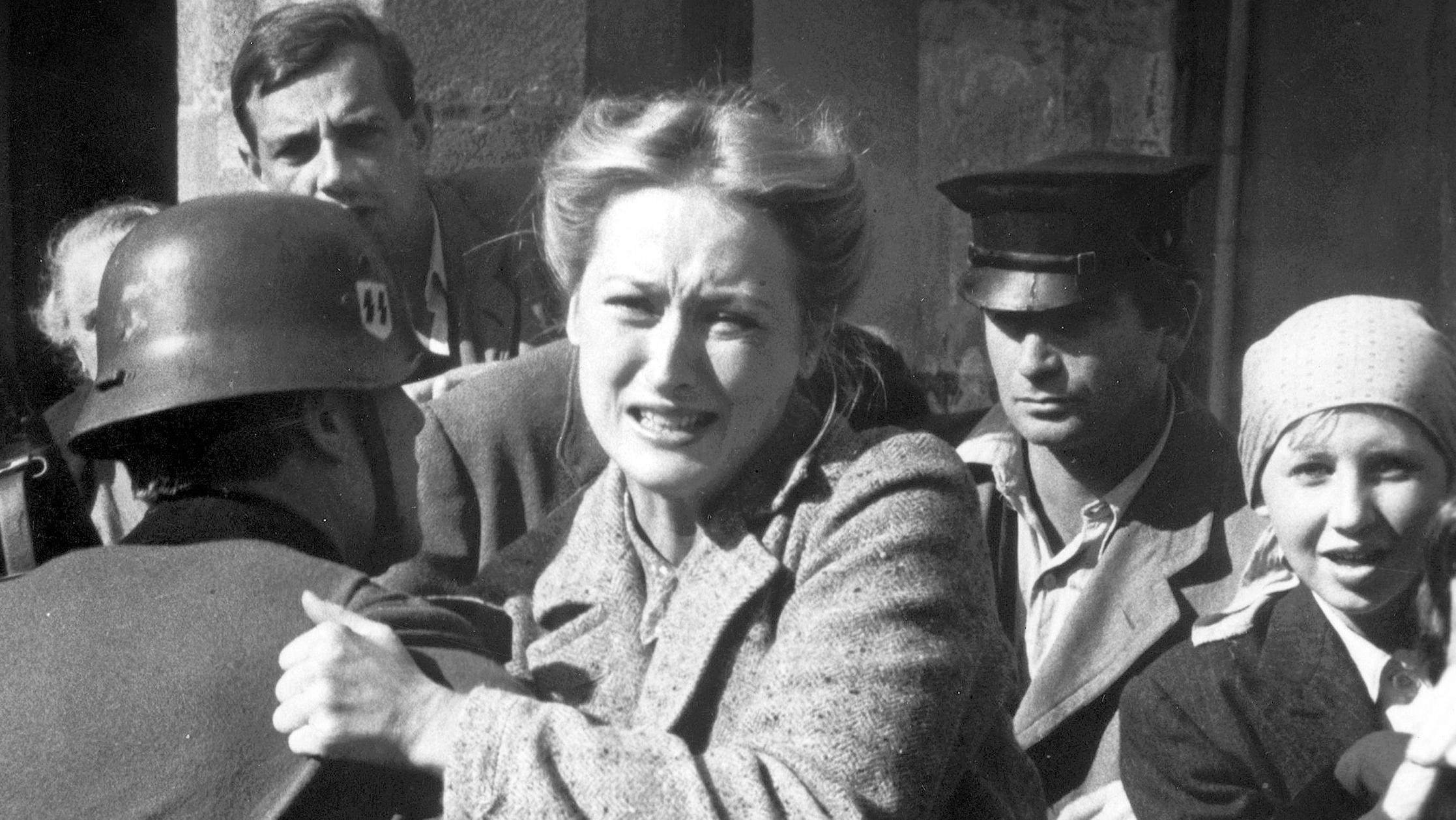 Inga Helms-Weiss (Meryl Streep) muss hilflos mitansehen, wie ihr Mann abgeholt und in ein Konzentrationslager gebracht wird.