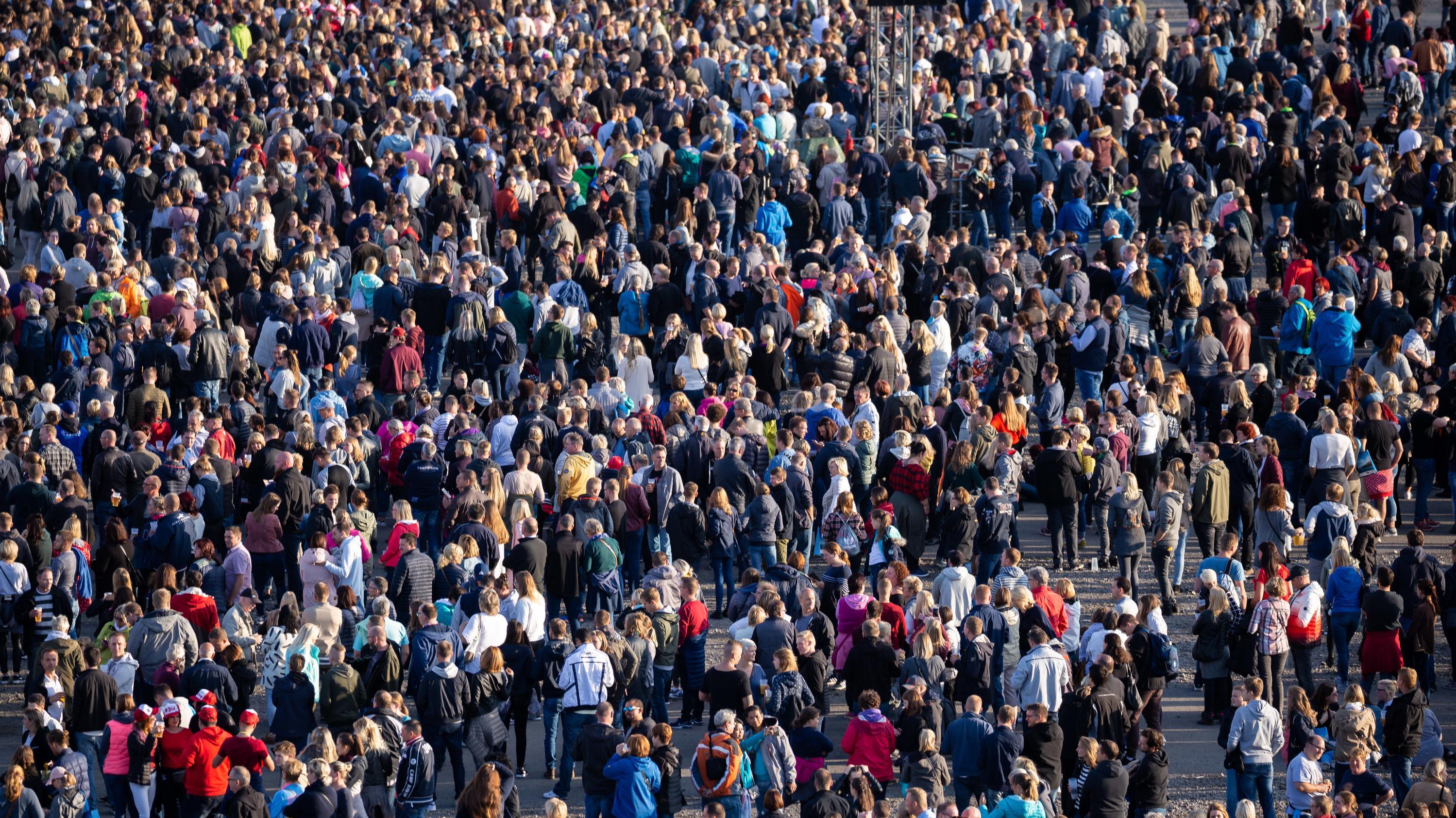 Menschenmassen auf einem Platz
