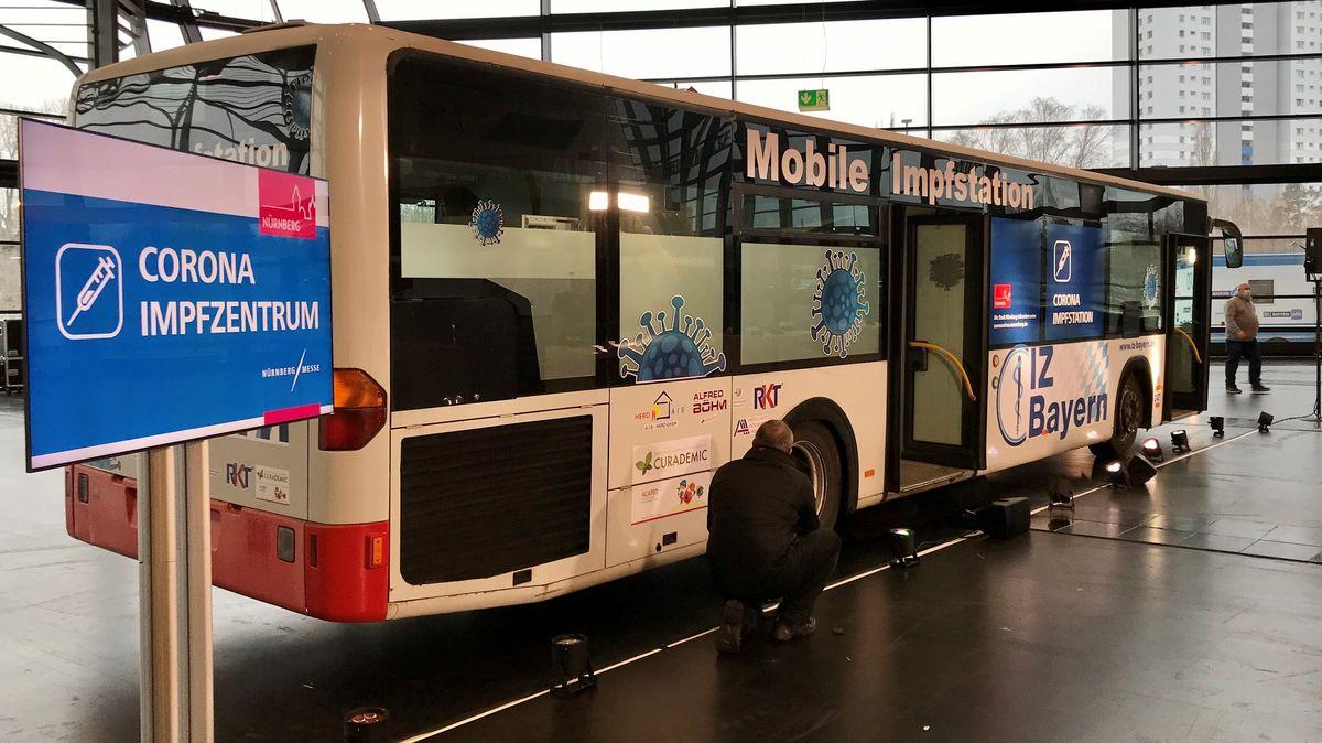 Mobile Impfstation in einem umgebauten Bus.