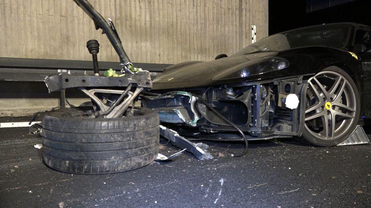 Unfallfahrzeug schwarzer Ferrari