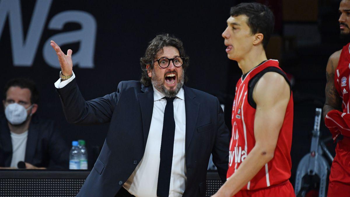 Münchens Headcoach Andrea Trinchieri mit Vladimir Lucic