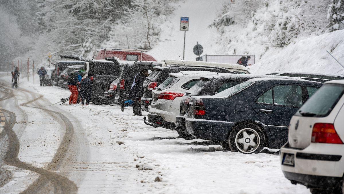 Fahrzeuge von Ausflüglern parken nahe dem Skigebiet am Großen Arber