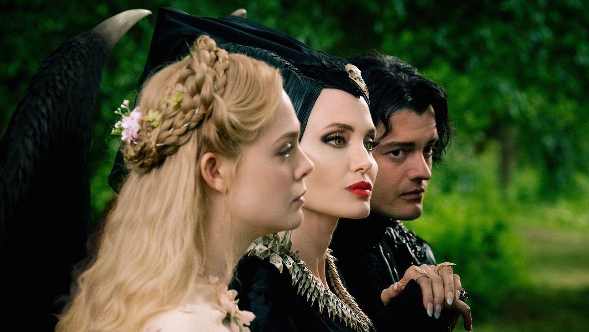 """Angelina Jolie (m.) ist in """"Maleficent 2"""" gar nicht glücklich, dass ihre Tochter heiraten will. (Filmszene)"""