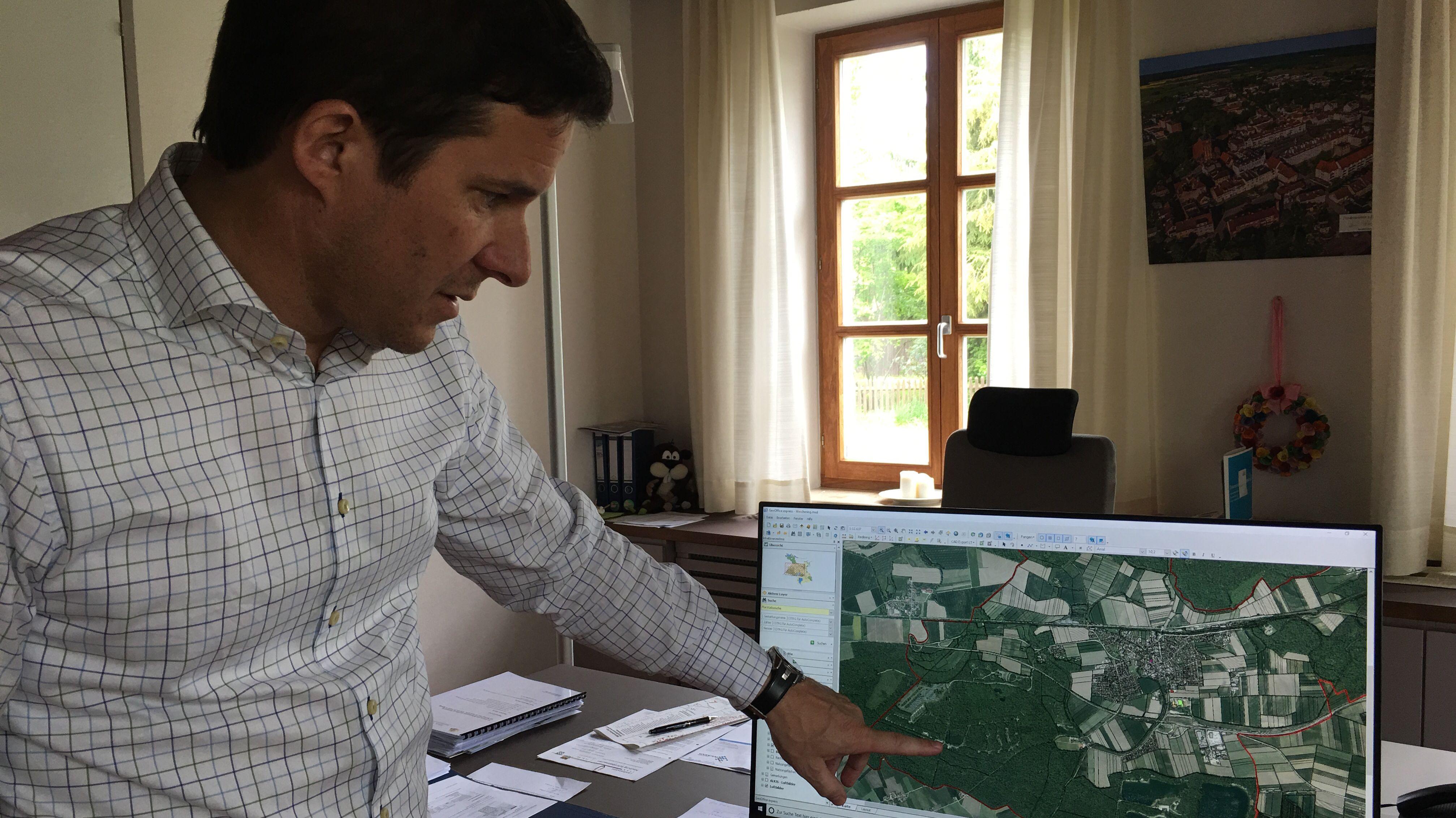 Weicherings Bürgermeister Thomas Mack zeigt eine Karte von den Gemeindegebieten mit PFC-Problem