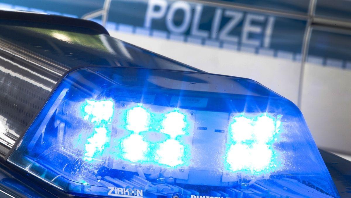 Blaulicht eines Polizeiautos bei Nacht.