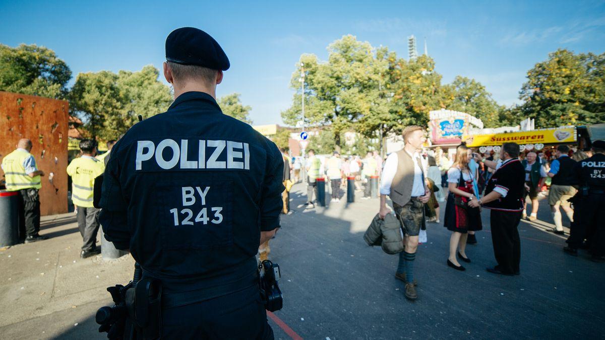 Polizist, Security und Bescuher am Eingang zum Münchner Oktoberfest, 2016