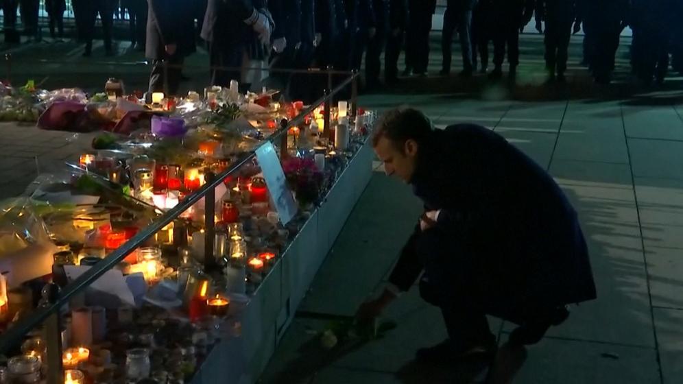 Frankreichs Präsident Macron gedenkt der Opfer des Terroranschlags von Straßburg. | Bild:BR