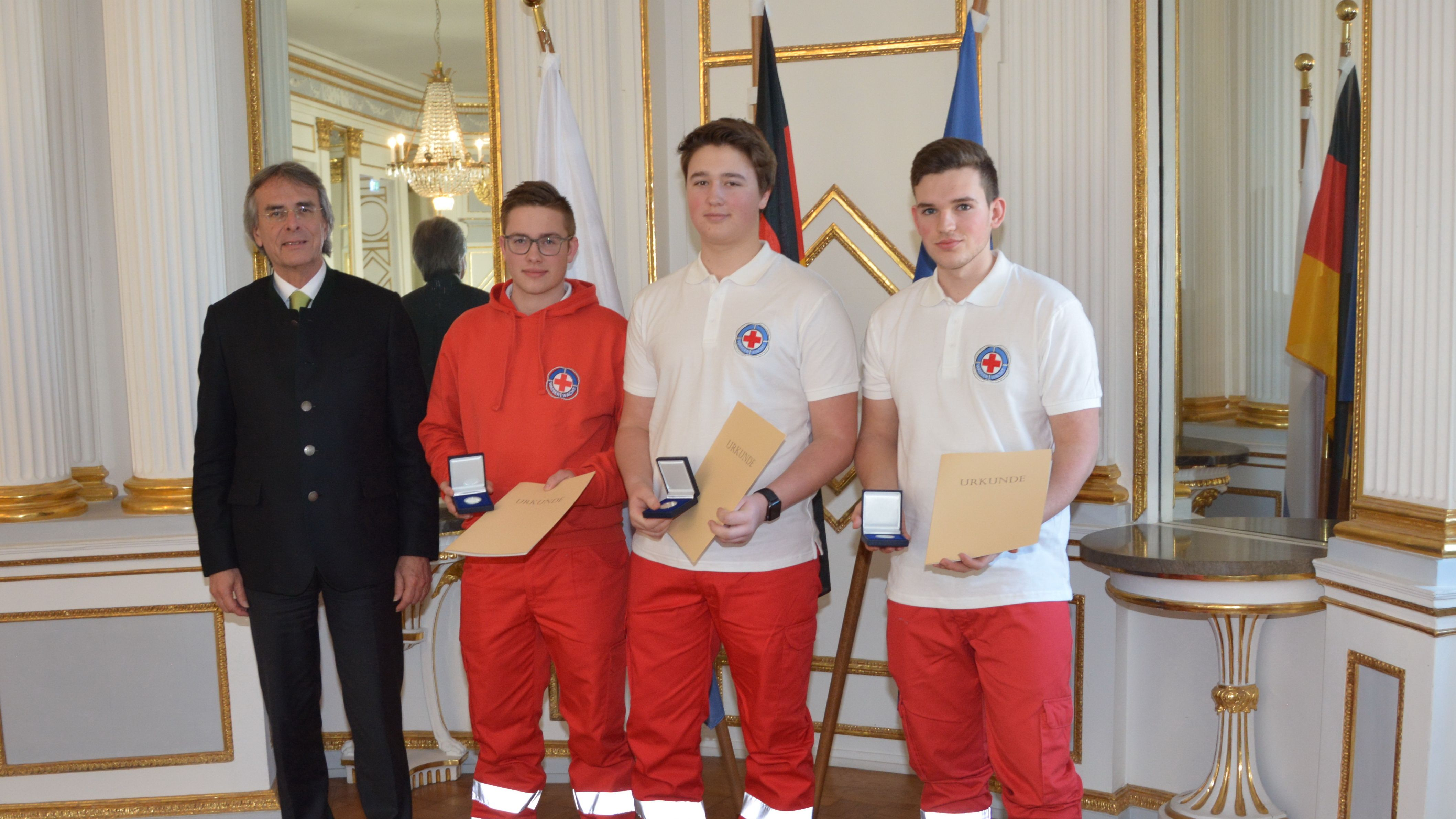 von links: Regierungspräsident Axel Bartelt, Simon Bauer, Philipp Köber und Florian Singer.