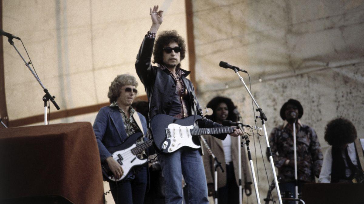 Bob Dylan und seine Band auf einer Bühne Auftritt in den achtziger Jahren