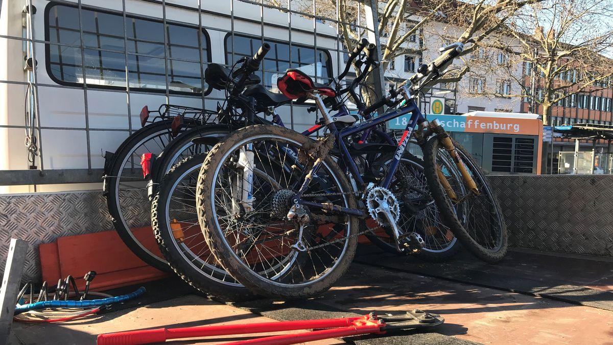 Herrenlose Fahrräder auf dem Pritschenwagen des Aschaffenburger Bauhofs