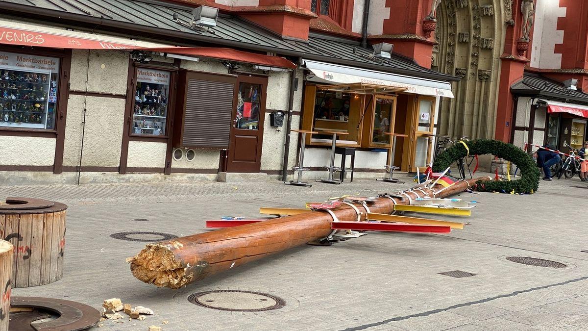 """Auch durch Unterfranken wirbelt das Sturmtief """"Kirsten"""". Erste Schäden gab es bereits: Am Marktplatz in Würzburg ist der Maibaum umgeknickt."""