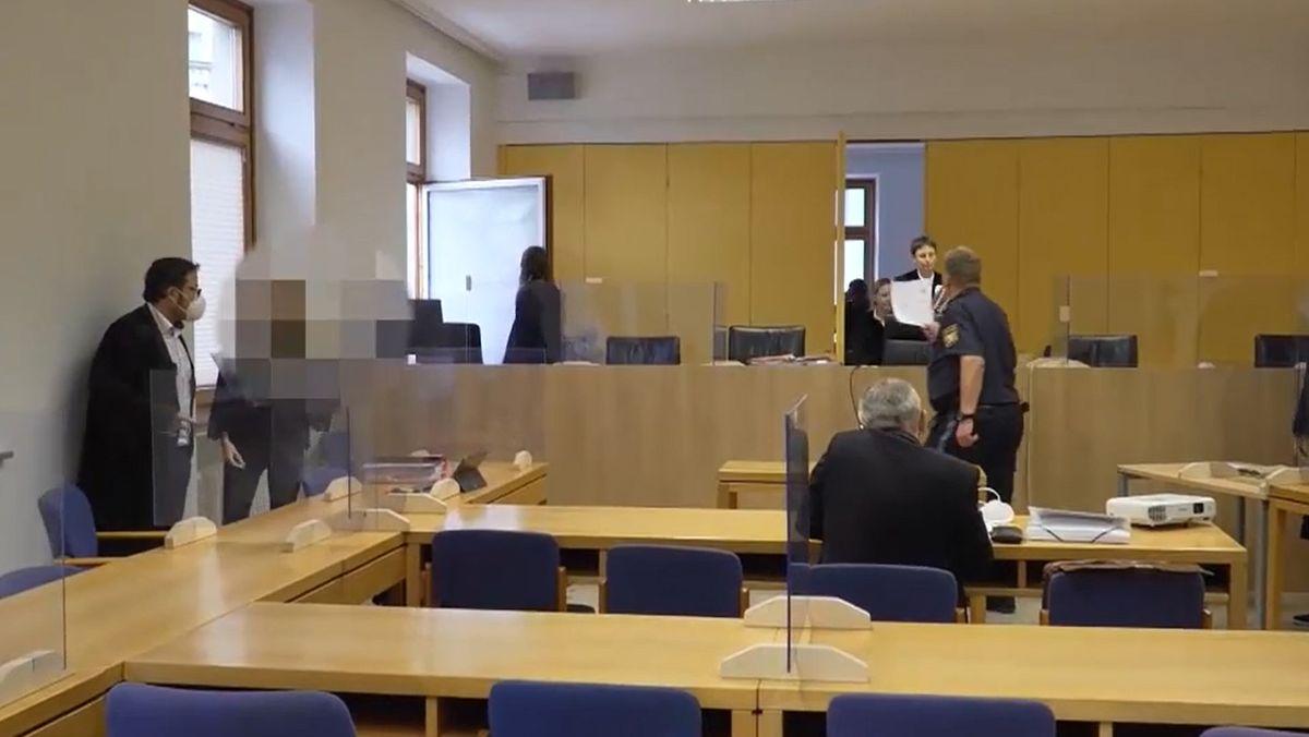Die Mutter des toten Babys steht neben ihrem Anwalt im Gerichtssaal in Schweinfurt.