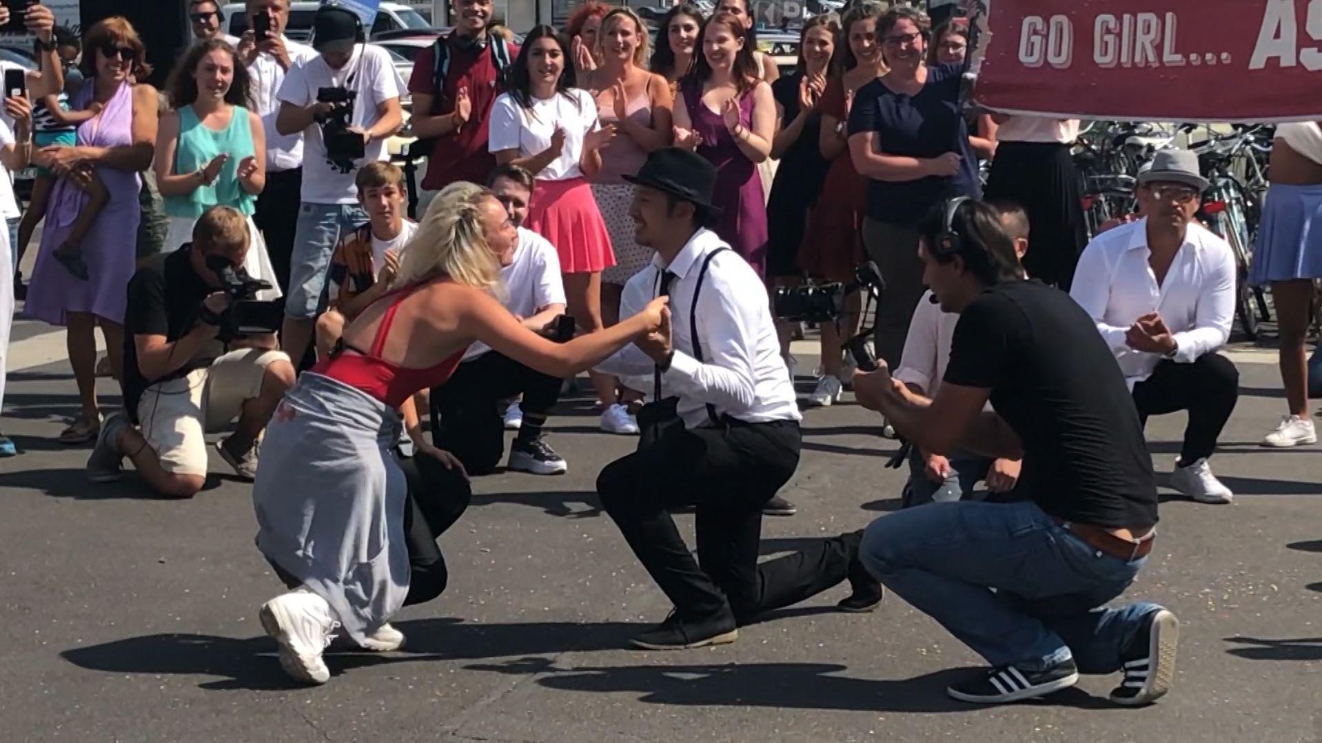 Flashmob als Heiratsantrag am Würzburger Hauptbahnhof