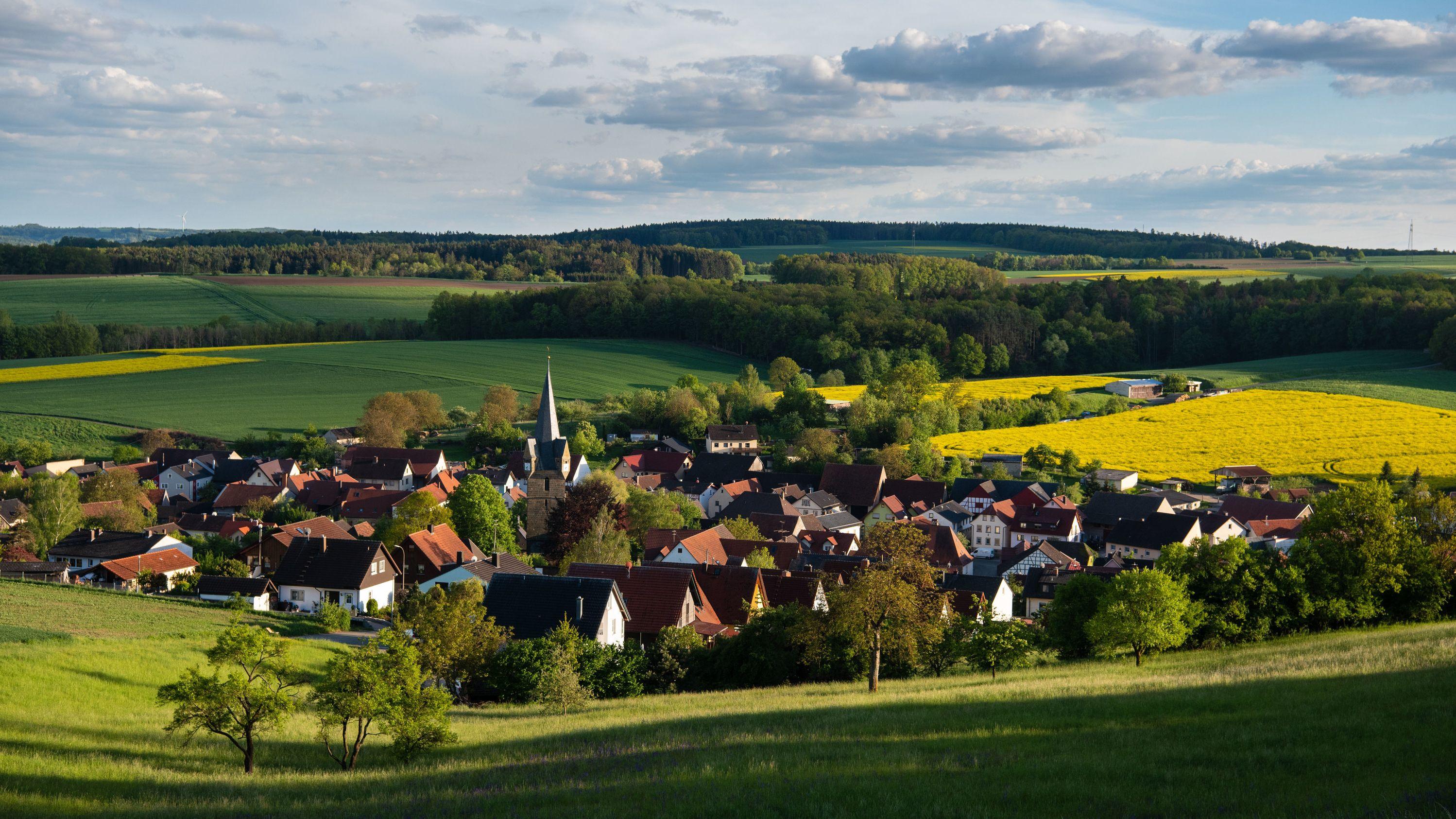 Bayern, Döringstadt: Das Abendlicht lässt die idyllische Ortschaft aufleuchten.