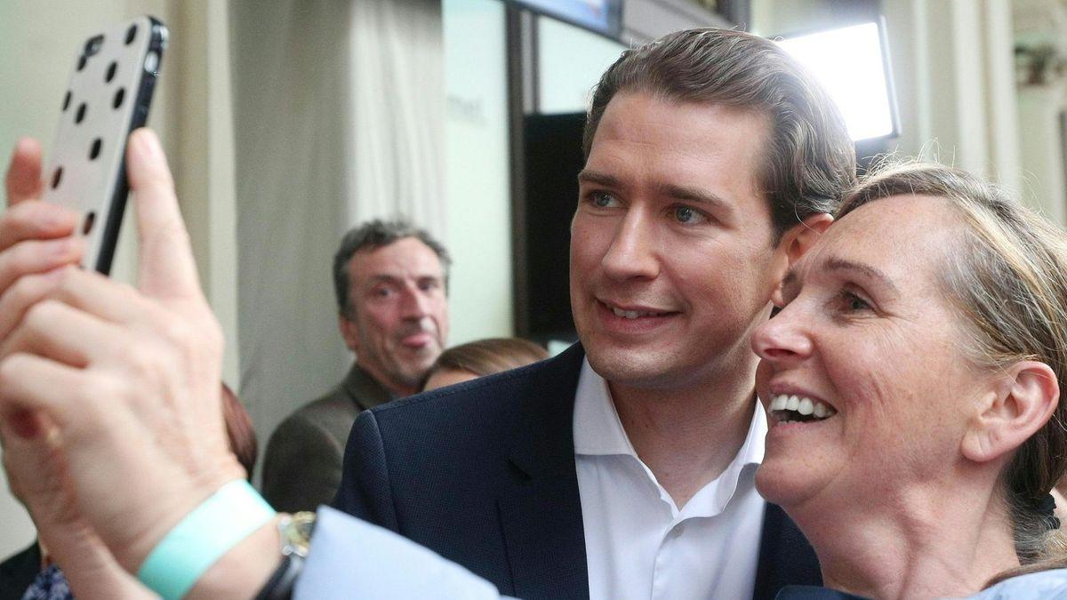 Österreichs Bundekanzler Sebastian Kurz mach ein Handybild mit einer Passantin.