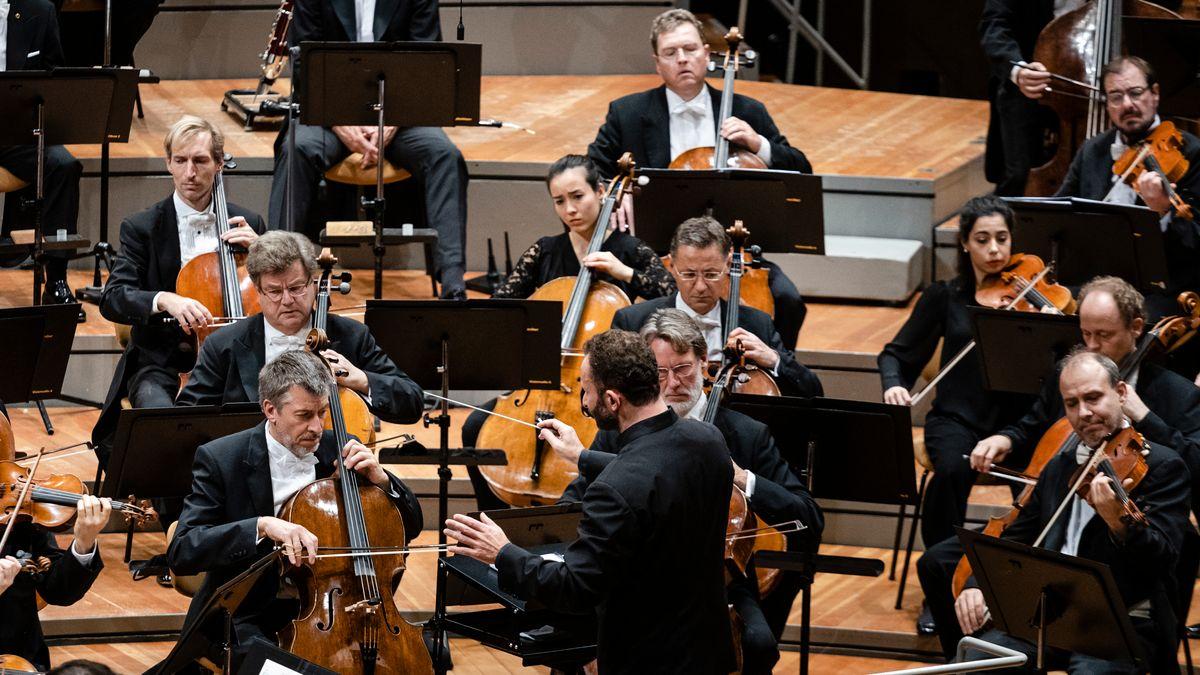 Kirill Petrenko dirigiert einige Streicher der Berliner Philharmoniker im Konzertsaal.