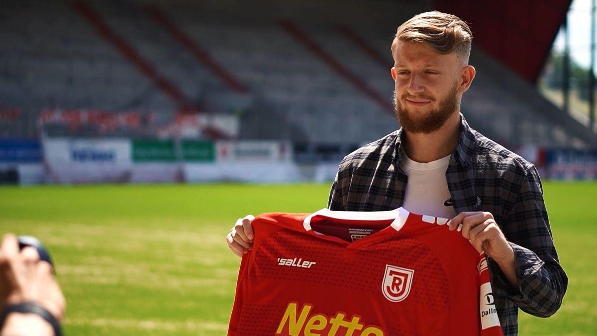 Jan-Niklas Beste (21) mit einem Jahn-Trikot.