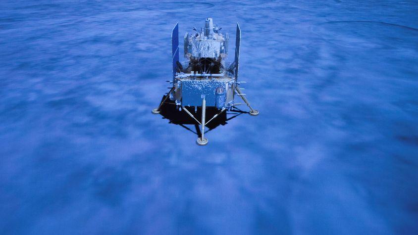 Ein Display zeigt die chinesische Raumsonde Chang'e 5 nach ihrer Landung auf dem Mond