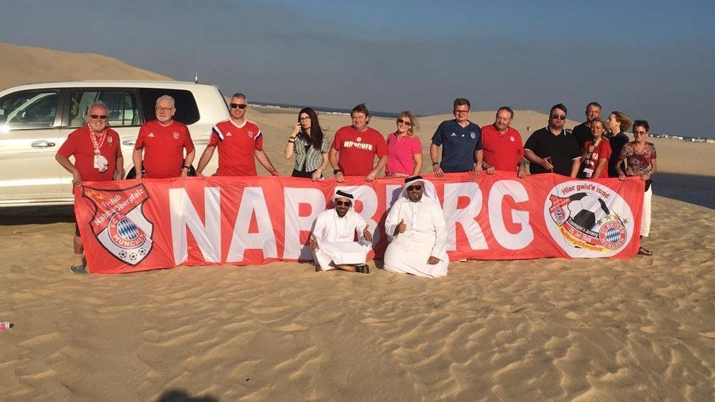 Mitglieder des FC-Bayern Fanclubs Nabburg in der Wüste von Doha.