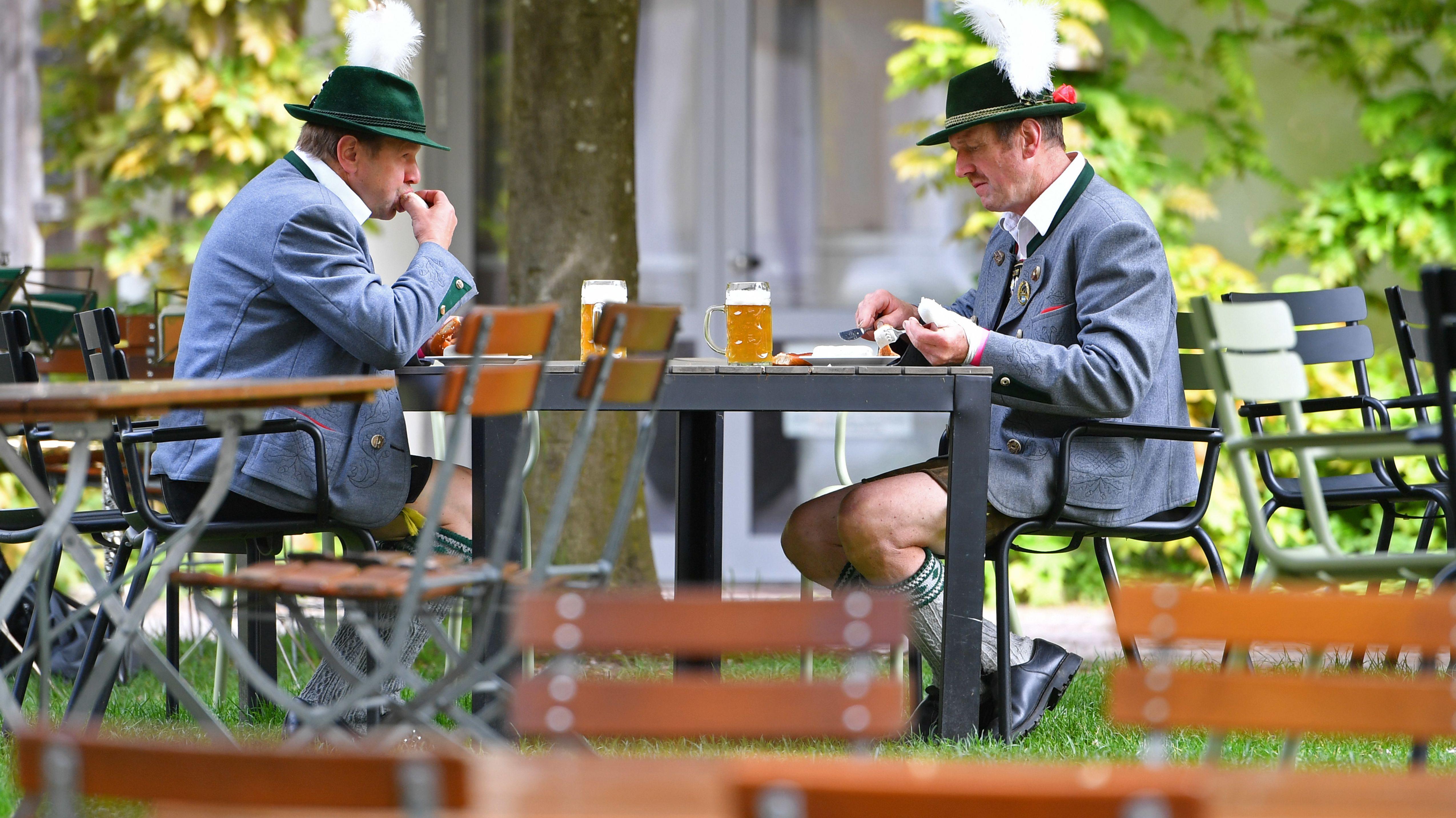 Zwei Gäste im Biergarten
