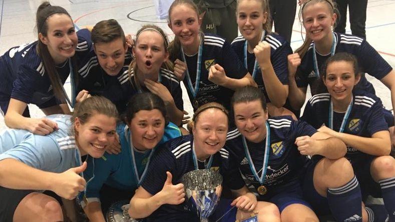 Nadine Janousch (Mitte mit Pokal) bejubelt den Sieg der Bayerischen Hallenmeisterschaft mit ihrem Team