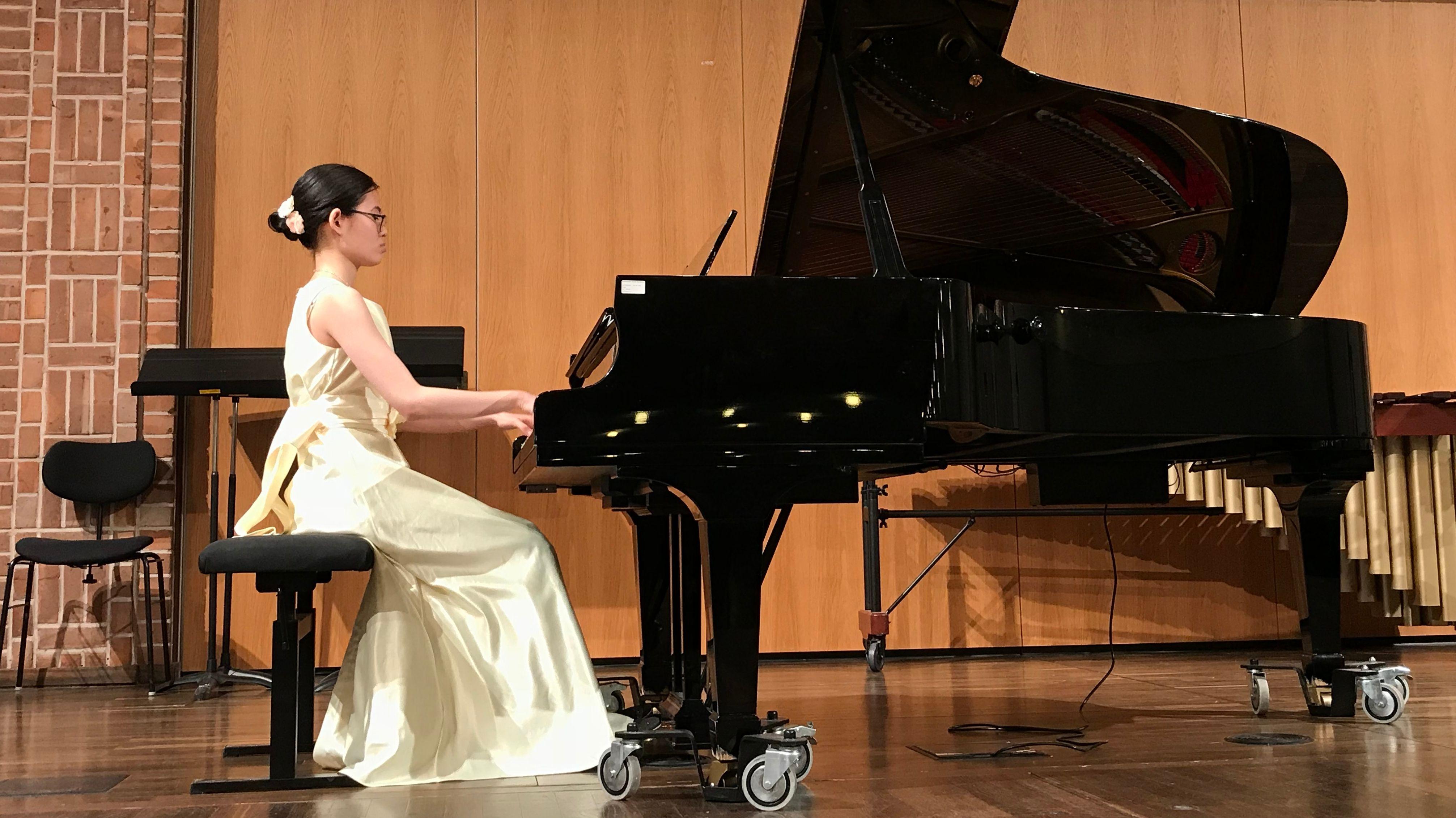 Musikstudentin Hong An Nguyen spielt Klavier bei einem Solidaritäts-Konzert